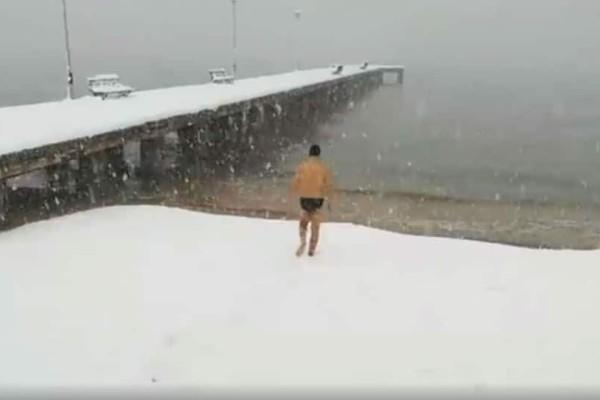 Αδιανόητο περιστατικό: Κολυμβητής πήγε για μπάνιο παρά την έντονη χιονόπτωση! (video)
