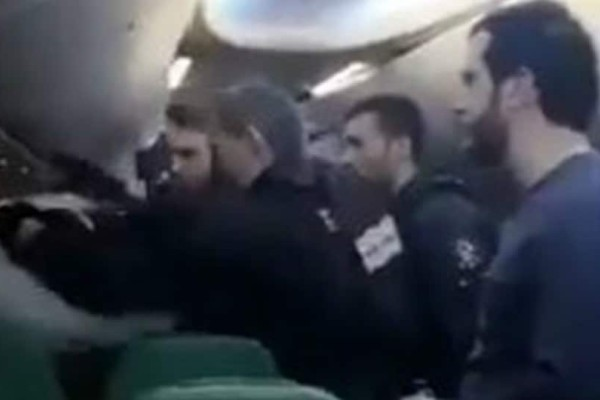 Τρόμος στον αέρα: Κατέβασαν από πτήση επιβάτη που φώναζε «Αλάχ-ου-άκμπαρ»