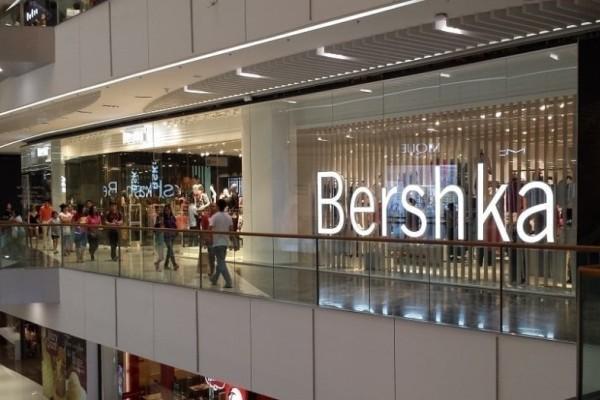 Bershka: Η μαύρη ολόσωμη φόρμα για λαμπερές εμφανίσεις!