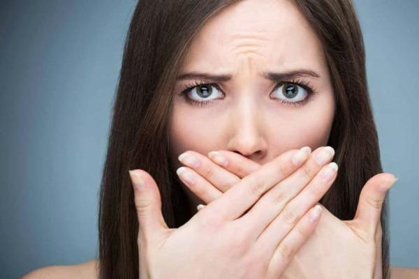 5 πράγματα που δεν ξέρατε ότι προκαλούν δυσοσμία στο στόμα!