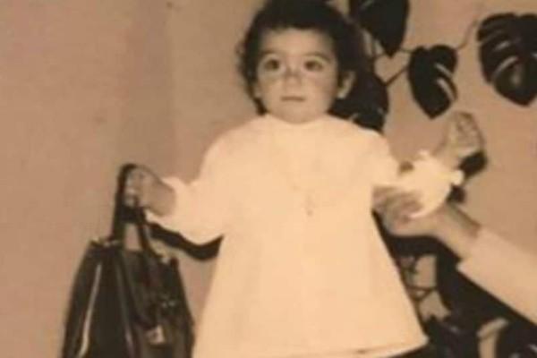 Την αναγνωρίζετε; Το κοριτσάκι της φωτογραφίας είναι πασίγνωστη Ελληνίδα τραγουδίστρια!