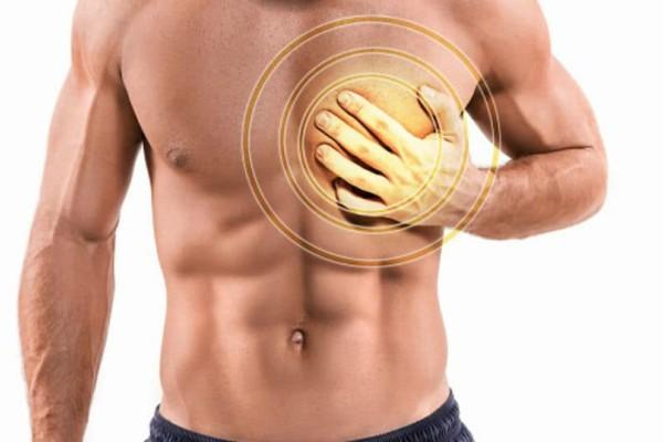 Πόνος στο στήθος κατά τη βαθιά εισπνοή: Πού μπορεί να οφείλεται;