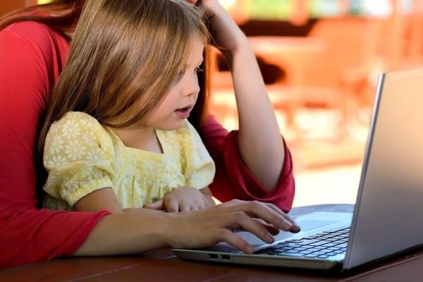 Πόσο κακό κάνουν στα παιδιά οι πολλές ώρες μπροστά στην οθόνη;