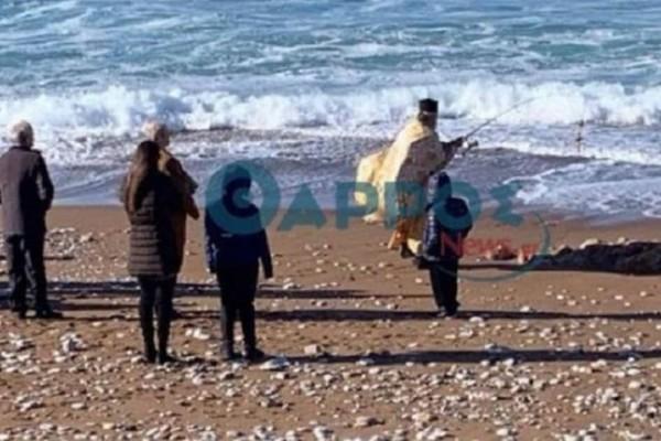Έπος: Ιερέας στην Κυπαρισσία έριξε τον Σταυρό με καλάμι ψαρέματος!