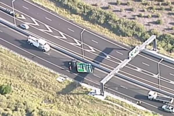 Σοκ: Πινακίδα πέφτει και συνθλίβει ΙΧ σε αυτοκινητόδρομο (video)