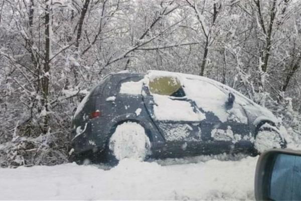 Τρομερές εικόνες από τα Φάρσαλα: Το χιόνι έριξε στο γκρεμό αυτοκίνητα!