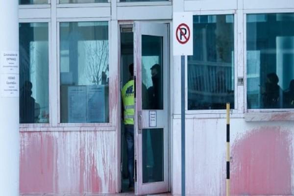 Ρουβίκωνας: Πώς κατάφερε να χτυπήσει στην αμερικανική πρεσβεία με μπογιές και καπνογόνα!