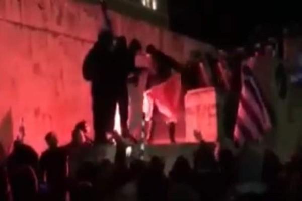 Σύνταγμα: Κουκουλοφόροι έκαψαν σημαία των Σκοπίων! (video)
