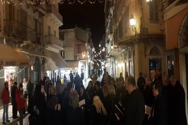 Πρωτοχρονιάτικα έθιμα στην Κέρκυρα: Νέοι και γέροι βγαίνουν στους δρόμους και ραίνουν με κολόνια όλους τους περαστικούς!