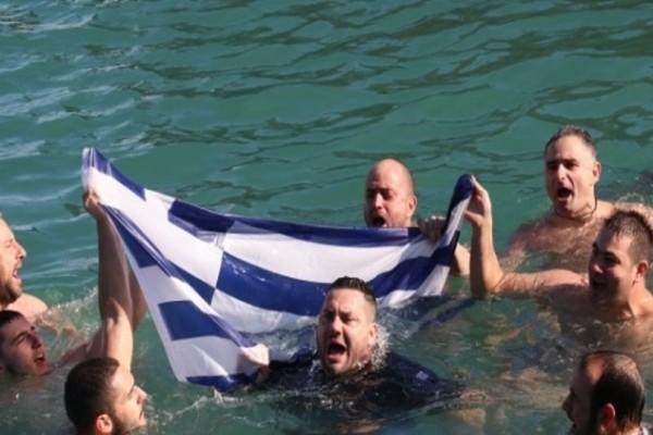 Βούτηξαν με την ελληνική σημαία για να πιάσουν τον Σταυρό στην Κρήτη!