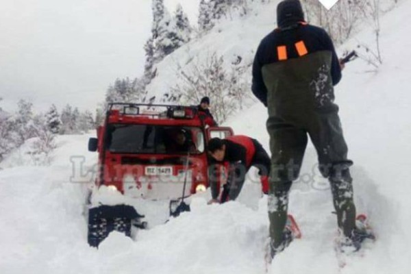 Απίστευτο: Πυροσβέστες περπάτησαν στο χιόνι για να πάνε φάρμακα σε ηλικιωμένο