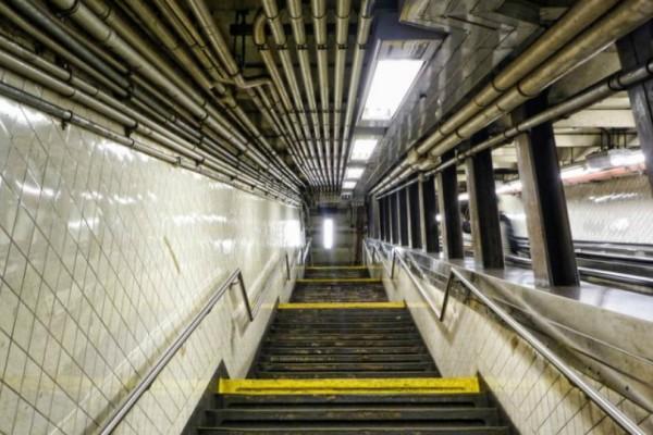 Σοκ: Σκοτώθηκε στις σκάλες του μετρό, μεταφέροντας το καροτσάκι με το μωρό της!