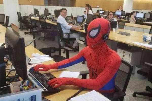 Έπος: Παραιτήθηκε από τη δουλειά του και πήγε ντυμένος... spider man!
