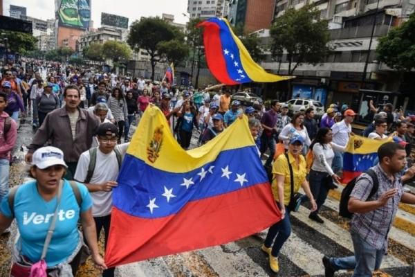 Εκτός ελέγχου η κατάσταση στη Βενεζουέλα: Δεκάδες νεκροί και τραυματίες (video)!