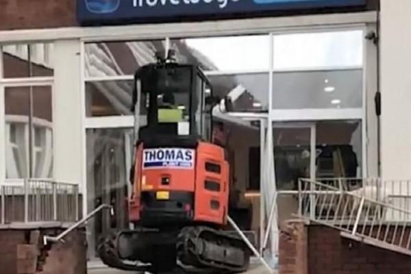 Απλήρωτος εργάτης ισοπέδωσε το ξενοδοχείο που έχτιζε με εκσκαφέα! (video)