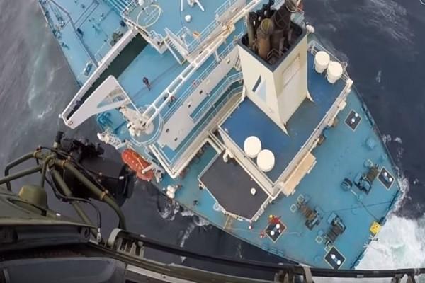 Εντυπωσιακή επιχείρηση διάσωσης Έλληνα καπετάνιου - Το πλοίο χτυπούσαν κύματα 12 μέτρων