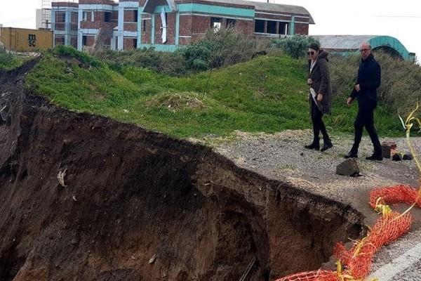 Σαντορίνη: Νέες εικόνες με τον δρόμο που εξαφανίστηκε! - Σοβαρά προβλήματα από την κακοκαιρία!