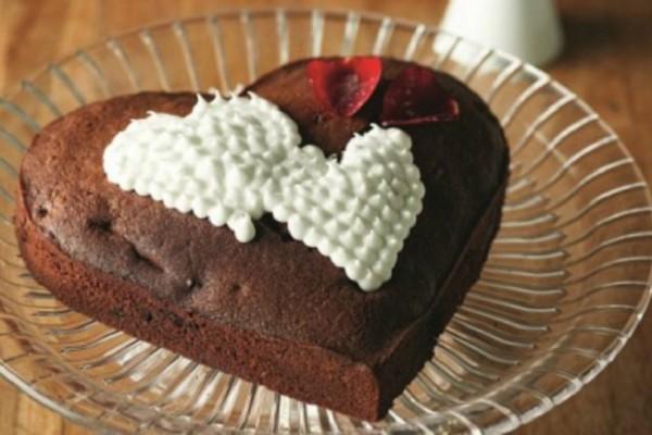 Καρδιά από κέικ σοκολάτας με φράουλες και γλάσο!