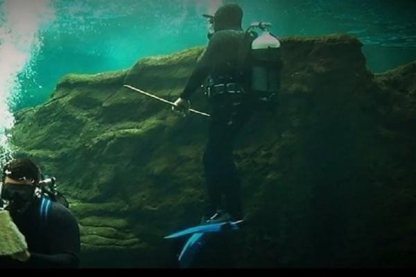 Βίντεο που κόβει την ανάσα: Κολυμπώντας ανάμεσα σε καρχαρίες στο ενυδρείο Κρήτης!