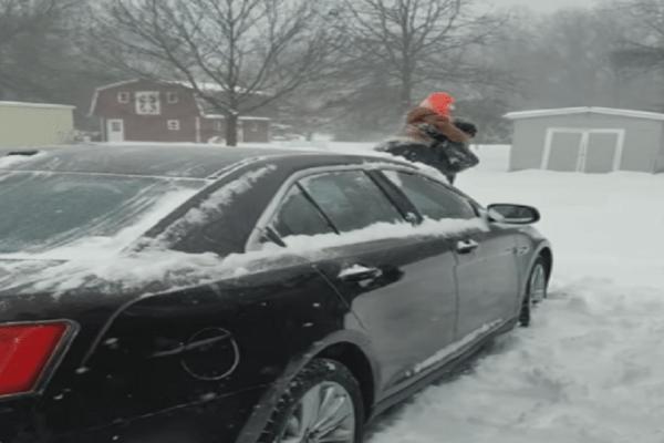 Τραγικό: Καθάρισε το χιόνι από το αμάξι με το... παιδί του! (Video)
