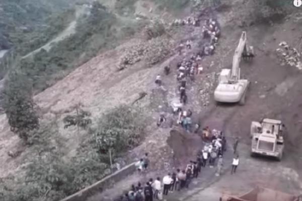 Απίστευτο βίντεο: Δεκάδες άνθρωποι τρέχουν να γλιτώσουν από κατολίσθηση λάσπης!