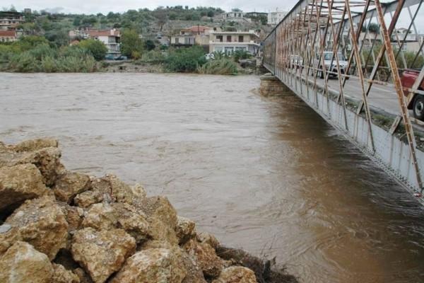 Συναγερμός στο Ηράκλειο: Εγκλωβίστηκε οδηγός σε γεφυράκι!