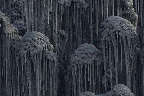 Έντρομοι οι κάτοικοι μόλις είδαν το περίεργο μαύρο χιόνι που έριξε στη Σιβηρία! (video)