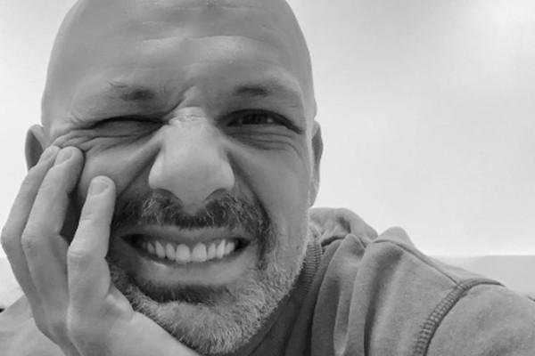 Σοβαρό το πρόβλημα υγείας του Νίκου Μουτσινά: Τραγικές ώρες για τον παρουσιαστή!
