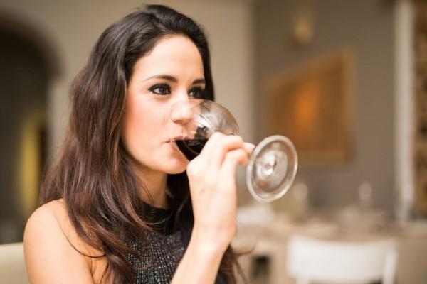Γιατί το αλκοόλ επιρεάζει περισσότερο το γυναικείο φύλο;