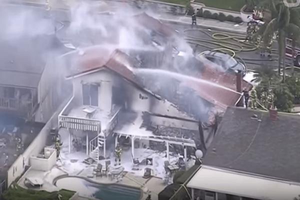 Απίστευτη τραγωδία στην Καλιφόρνια με 5 νεκρούς! - Αεροσκάφος έπεσε σε σπίτι! (Video)