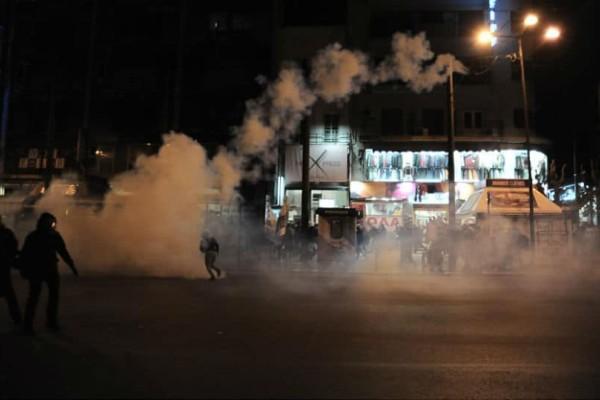 Χαμός στην Ομόνοια: Δακρυγόνα και φωτιές μετά από πορεία για τον θάνατο μετανάστη!