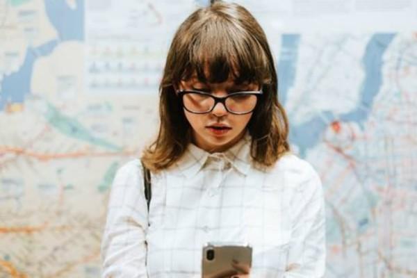 6 πράγματα που καταλαβαίνεις όταν είσαι αυτή που στέλνει πάντα πρώτη μήνυμα!