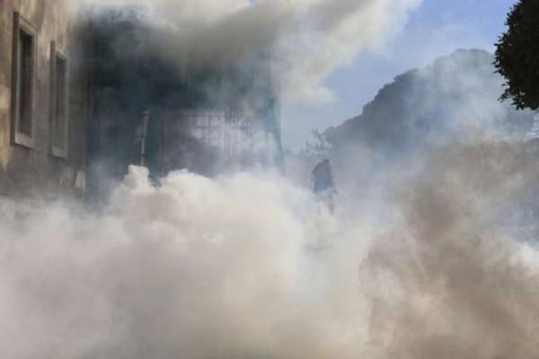 «Πόλεμος» έξω από το κοινοβούλιο της Αλβανίας με τραυματίες! ( Photos & Video)