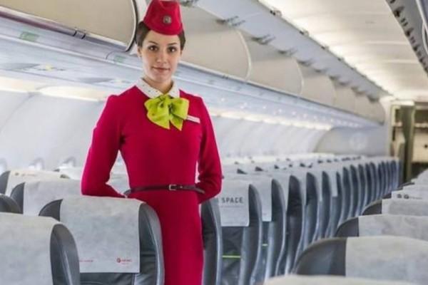 Απίστευτο: Γιατί οι αεροσυνοδοί έχουν τα χέρια τους πίσω κατά την επιβίβαση!