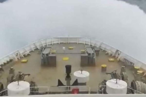Συγκλονιστικό βίντεο: Ελληνικό πλοίο