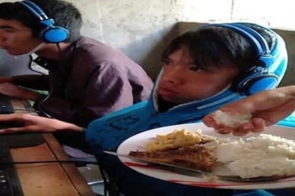 Απελπισμένη μάνα ταΐζει τον 13χρονο εθισμένο γιο της που παίζει video game για 48 ώρες!