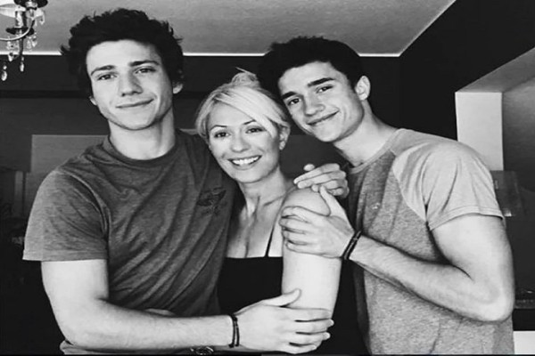 Οι γιοι της Μαρίας Μπακοδήμου σε φωτογραφία με το τρίτο αδερφάκι τους!