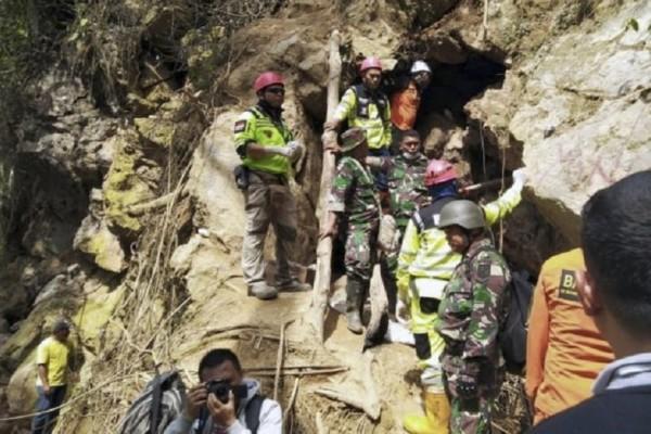 Ινδονησία: Τουλάχιστον 6 νεκροί και δεκάδες αγνοούμενοι από την κατάρρευση χρυσωρυχείου