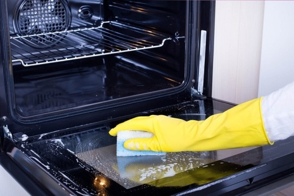 Εύκολα βήματα για να καθαρίσετε την πόρτα της κουζίνας