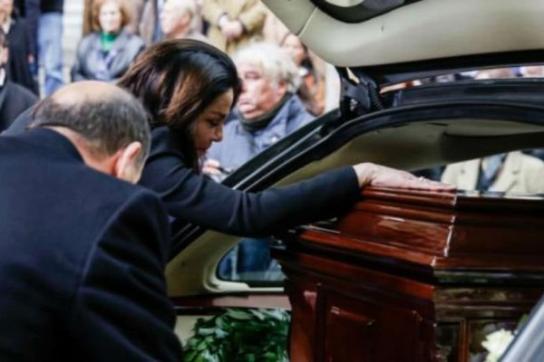Συντετριμμένη η σύζυγος του Περικλή Παναγόπουλου, στην κηδεία του!