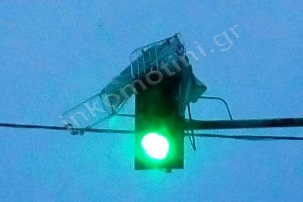 Κομοτηνή: Η ισχυρή κακοκαιρία έστειλε απλώστρες πάνω σε... φανάρια! (photos)