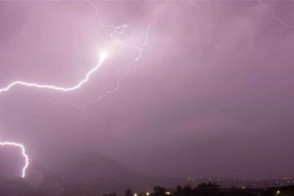 Καταιγίδες και χαλάζι στην Κρήτη: Οι κεραυνοί έκαναν τη νύχτα μέρα!