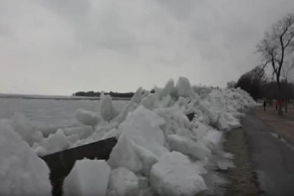 Εντυπωσιακό! Ελληνας «κυνηγός» καταιγίδων κατέγραψε τσουνάμι πάγου στον Νιαγάρα