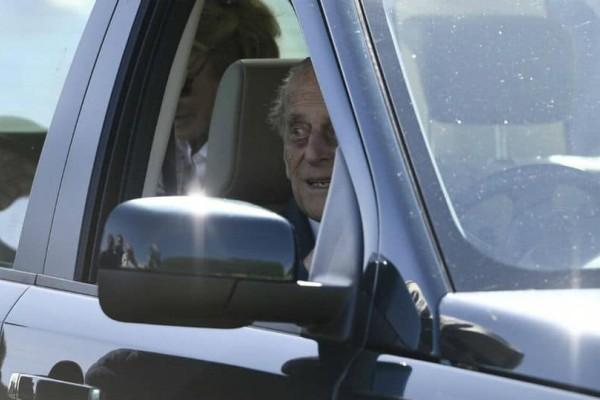 Ο... 97χρονος πρίγκιπας Φίλιππος παρέδωσε το δίπλωμα οδήγησης!