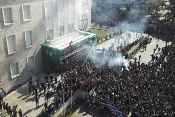 Χάος Στα Τίρανα: Σοβαρά επεισόδια σε διαδήλωση!