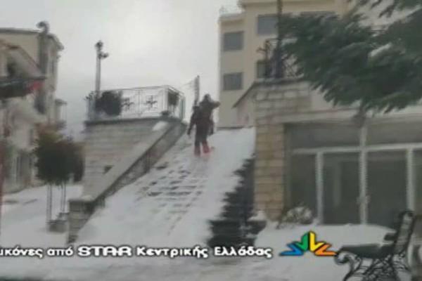 Τρέλα στο Καρπενήσι: Κυκλοφορούν με σκι στους δρόμους! (video)