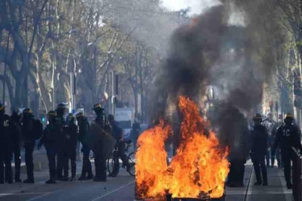 Γαλλία: Eπιθέσεις και δακρυγόνα κατά των «κίτρινων γιλέκων»