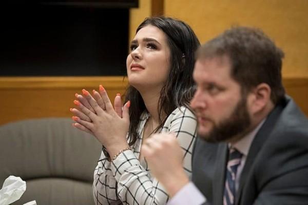 Νεαρή ξεσπά σε δάκρυα κατά τη διάρκεια μαρτυρίας! - Η 19χρονoη καταδικάστηκε σε 2 μέρες φυλάκισης! (Video)