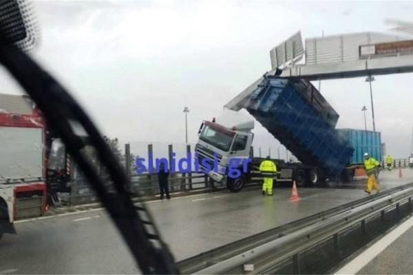 Γέφυρα Ρίου-Αντιρρίου: Νταλικά καρφώθηκε σε πινακίδα εξαιτίας των ισχυρών ανέμων!