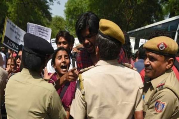 Φρίκη στην Iνδία: Βίασαν και αποκεφάλισαν 12χρονη τα αδέλφια και ο θείος της!
